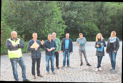 Nach der Besichtigung waren sich die Ausschussmitglieder und Bürgermeister Gerhard Feeß einig, dass neben dem Klärwerk keine Wohnmobilstellplätze gebaut werden sollten.  Foto: Köncke Foto: Schwarzwälder-Bote