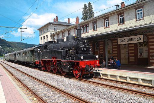 Beim Vortrag ging es auch um die historischen Züge, die auf der Enztalbahnstrecke unterwegs waren.  Foto: Kunert Foto: Schwarzwälder Bote