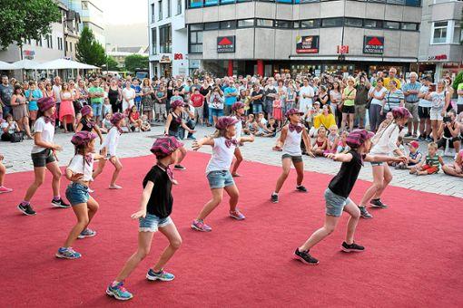 Zu der entspannten Einkaufsatmosphäre tragen auch Tanzvorführungen und andere Aktionen bei  Fotos: Fritsch Foto: Schwarzwälder Bote