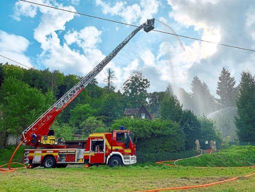 Ebenfalls im Einsatz bei der Übung des Löschzuges Nord war das Drehleiterfahrzeug der Feuerwehr Haigerloch sowie die Feuerwehrabteilung aus dem benachbarten Mühringen.  Foto: Haid Foto: Schwarzwälder Bote