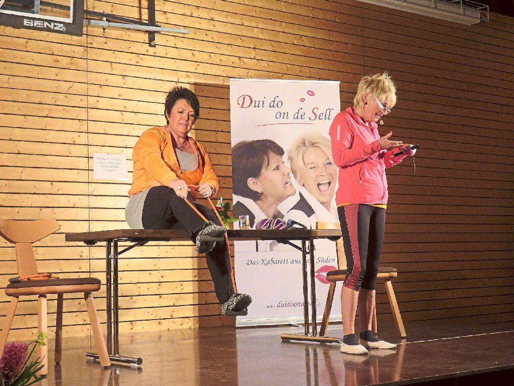 Petra Binder (links) und Doris Reichenauer glänzten als Dui do un de Sell beim Jubiläumsabend des Sportvereins Oberiflingen in der Iflinger Halle. Foto: Günter Foto: Schwarzwälder-Bote