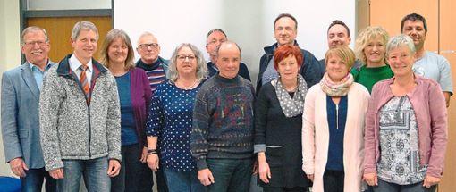 Das Vorstands-Team des Fördervereins mit Schulleiterin Katharina Hirt (Vierte von rechts) und Bürgermeister Peter Schumacher (Fünfter von rechts) ist mit Herzblut bei der Sache.  Foto: Maier Foto: Schwarzwälder Bote