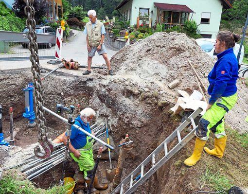 Großeinsatz im Frohnbach zur Instandsetzung des Trinkwassernetzes in Oberwolfach-Kirche  Foto: Haas Foto: Schwarzwälder Bote