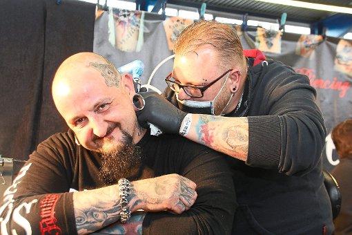 Tattoos konnte man sich  bei der Tattoo- und Piercing-Convention INK Style VS an Ort und Stelle stechen lassen.  Foto: Heinig