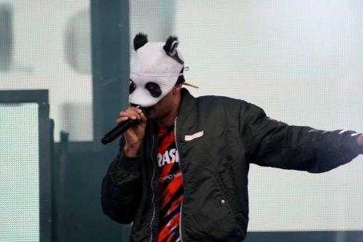 Der Panda-Rapper Cro in Action auf dem Southside Festival. Foto: Andrina Große