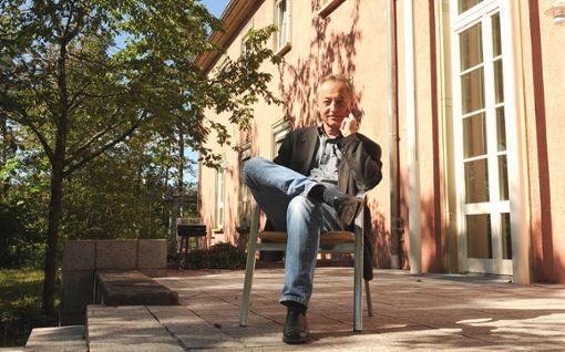 Michael Riecher (†)  vor dem Offizierskasino, das er vor einigen Jahren erworben hatte  Foto: Hopp Foto: Schwarzwälder Bote