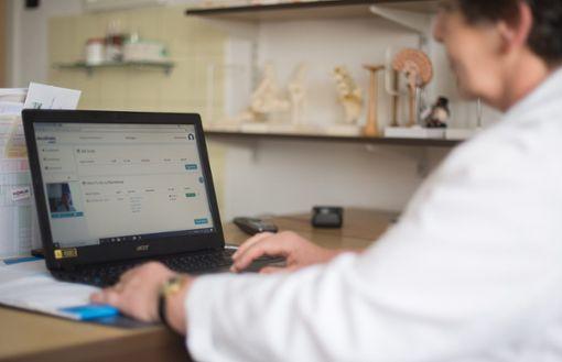Per Telefon oder Videotelefonie bekamen Patienten in Stuttgart und Tuttlingen medizinische Beratung von niedergelassenen Ärzten. Foto: Schwarzwälder Bote