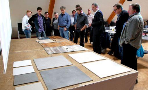 Aus den bereitgelegten Mustern können die Mitglieder des technischen Ausschusses geeignete Bodenbeläge auswählen  Foto: Huber Foto: Schwarzwälder Bote