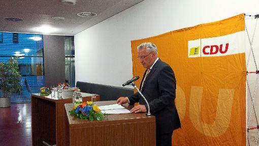 Der bayerische Innenminister Joachim Herrmann spricht in der Mensa von Ceratizit in Empfingen zum Thema Innere Sicherheit.   Foto: Begemann