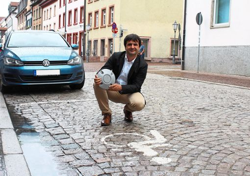 Jörg Röber, Leiter der Stabsstelle Digitalisierung und Projektmanagement, zeigt einen Sensor der übermittelt, ob es freie Parkplätze gibt.    Foto: Stadt Villingen-Schwenningen Foto: Schwarzwälder Bote