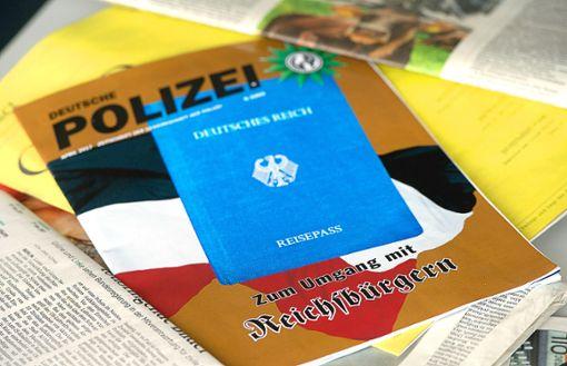 Hirngespinste oder bewusste Provokation? Manche der vermeintlichen Reichsbürger basteln sich sogar einen eigenen Reisepass.  Foto: Lübke