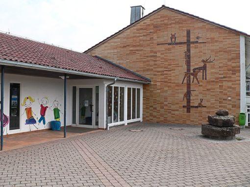 Die Grundschulen in Unterhaugstett (linkes Bild) und Möttlingen werden saniert.  Fotos: Krokauer Foto: Schwarzwälder Bote