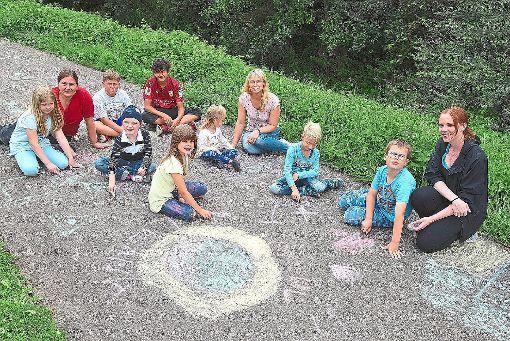 In Lützenhardt waren die Straßenmaler aktiv: Kreative Kinder schufen kleine Kunstwerke.  Foto: Maier Foto: Schwarzwälder-Bote