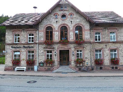 Im ehemaligen Schul- und Rathaus wurde die frühere Zahnarztpraxis als Wohnung für die Flüchtlinge umgebaut.  Foto: Schmid