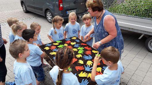 Auch die Kindergartenkinder helfen bei den Vorbereitungen in Lützenhardt mit. Foto: Campos