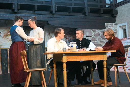 Kühles Wetter begleitete die Premiere des historischen Schauspiels Lene und das Glück vor reizvoller Kulisse. Das hoch engagierte Ensemble ließ sich davon nicht beeindrucken.  Foto: Keck Foto: Schwarzwälder Bote