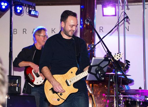 Saitenkünstler: Christian Preiß (links) am Bass, Sänger und Gitarrist Andy Wütz Foto: Schwarzwälder Bote