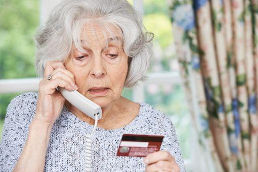 Gerade auf ältere Menschen haben es Betrüger abgesehen, die sich am Telefon melden, um an Erspartes, Schmuck und Wertgegenstände heranzukommen. Foto: © highwaystar/Fotolia.com