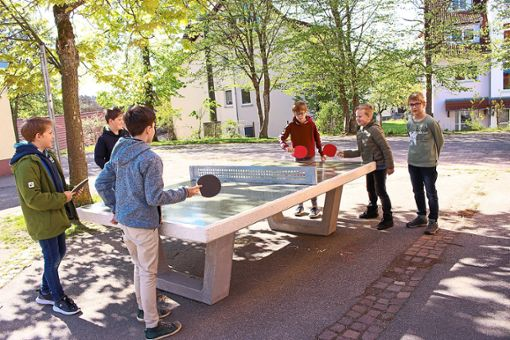 Die Beffendorfer Schüler machen von ihrer neuen Tischtennisplatte bereits kräftig Gebrauch.Foto: Elternbeirat Foto: Schwarzwälder Bote