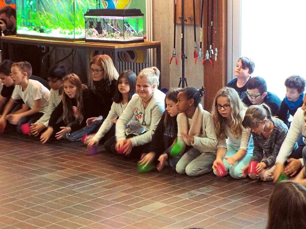 Die Schüler der Bickebergschule klopften mit ihren Bechern gemeinsam im Takt zum Cup Song. Foto: Bauhof Foto: Schwarzwälder Bote