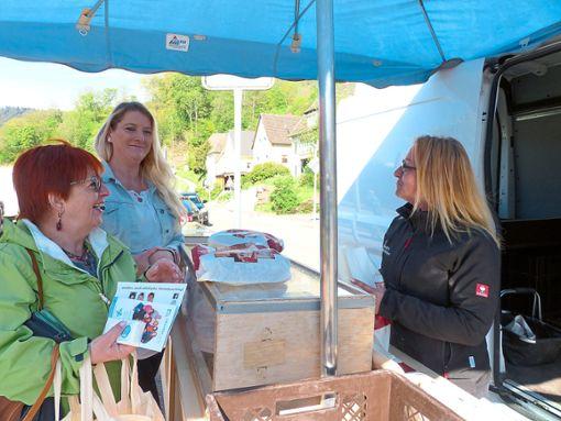 Susann Nawroth (rechts)  bedient die Kunden, darunter auch Stadträtin Anita Frank (links),  am Stand  von Hochs Hofbäckerei aus Fischerbach. Foto: Schwarzwälder Bote