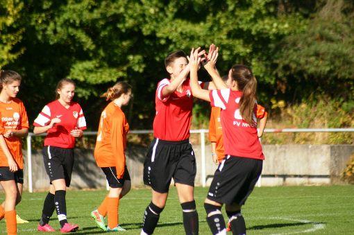 Die Spielerinnen der  U17 des FV Marbach jubelten oft: Elena De Vega Orive (Mitte), Ramona Tränkle (rechts) und Eveline Freitag (links) sind drei der vier Torjägerinnen des Verbandsliga-Tabellenführers.   Foto: Rohde