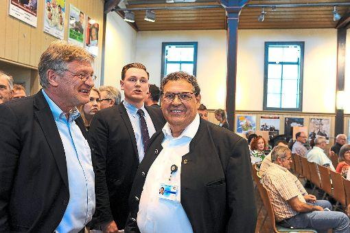 AfD-Landtagsabgeordneter Klaus Dürr (rechts) begrüßte seinen Fraktionschef Jörg Meuthen (links) in der Alten Seminarturnhalle Nagold.  Foto: Fritsch