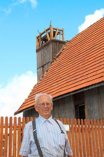 Hubert Schlenk steht vor dem alten Blumberger Feuerwehrhaus in der Vogtgasse mit dem Schlauchturm.     Foto: Lutz Foto: Schwarzwälder Bote