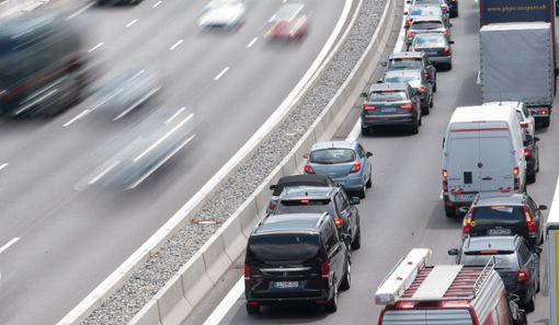 Auf der Autobahn in Richtung Stuttgart bildete sich nach dem Unfall stundenlang ein Stau. (Symbolfoto) Foto: dpa