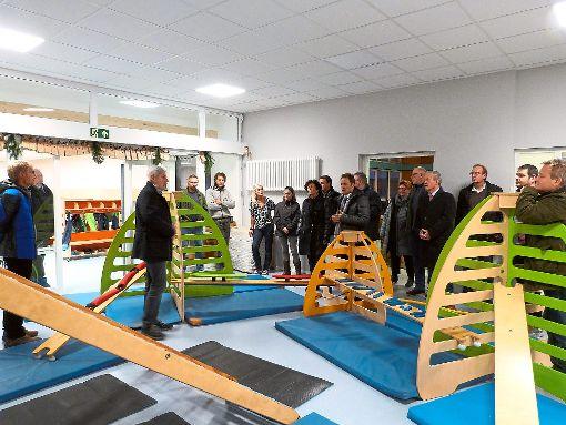 Der Ausschuss für Technik und Umwelt sieht sich im  sanierten Kinderhaus Regenbogen auf dem  Lindenhof um.   Fotos: Danner Foto: Schwarzwälder-Bote