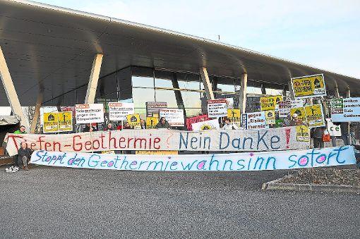 Proteste der Bürgerinitiative gegen die Nutzung der Geothermie gab es schon im vergangenen Jahr vor der Messe in Offenburg.   Foto: Archiv: Baublies
