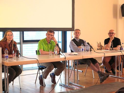 Nutztierhalter, Jagdwirte und Naturschützer haben am Mittwoch in Hechingen über den Wolf diskutiert.    Foto: Maute