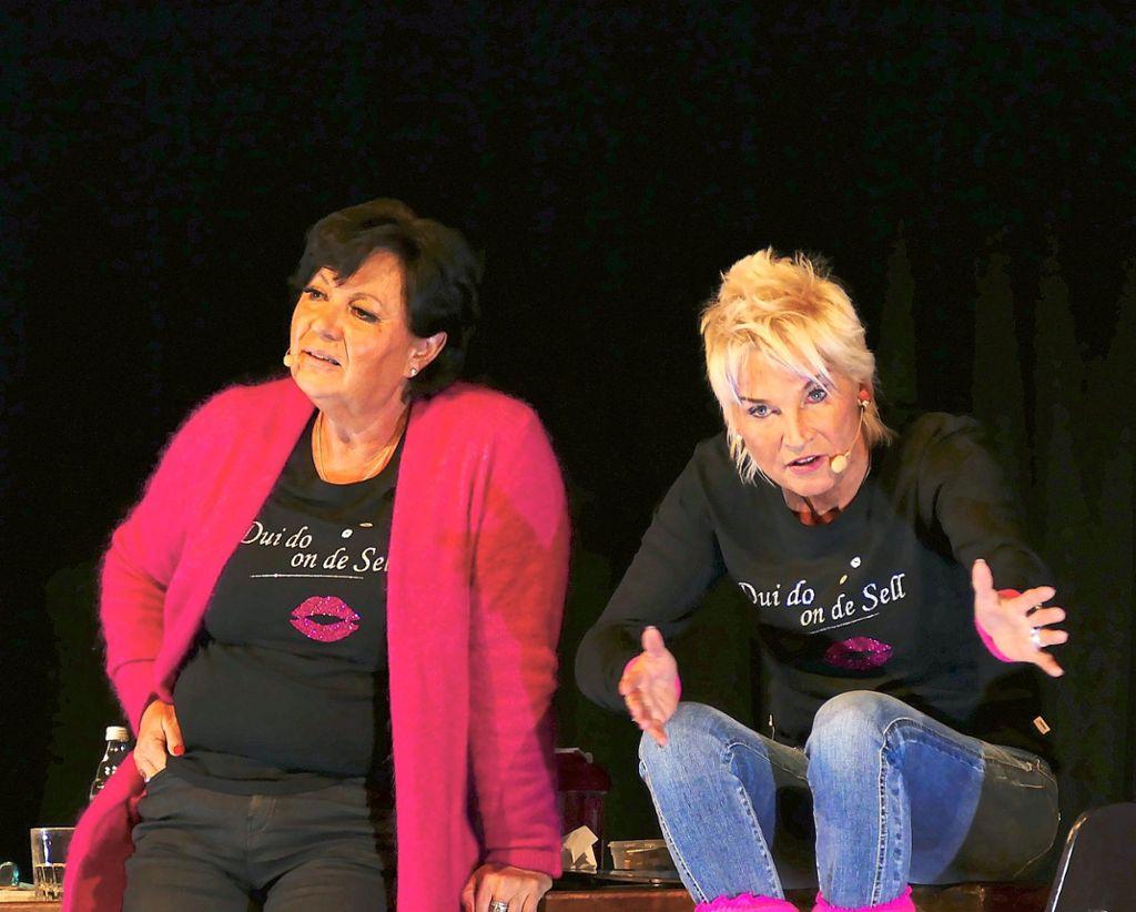 Petra Binder (links) und Doris Reichenauer waren bei ihrem Auftritt in Gechingen in Hochform. Foto: Tröger Foto: Schwarzwälder Bote
