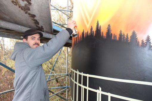 Jonas Fehlinger führt die Farbdose geschickt über die Wand. Hier sprüht er das Graffiti einer Schwarzwald-Landschaft auf ein Silo.   Foto: Pohl Foto: Schwarzwälder Bote