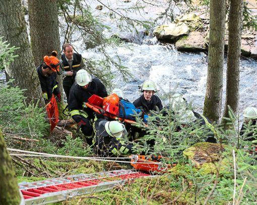 Die Menschenrettung am steilen Waldachufer war eine echte Herausforderung. Foto: Priestersbach