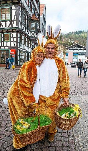 Zusammen mit dem Oberbürgermeister verteilt der Calwer Gewerbeverein leckere Osterhasen an die Besucher. Unser Bild zeigt Beate Giese und Axel Ludes.  Foto: Fritsch