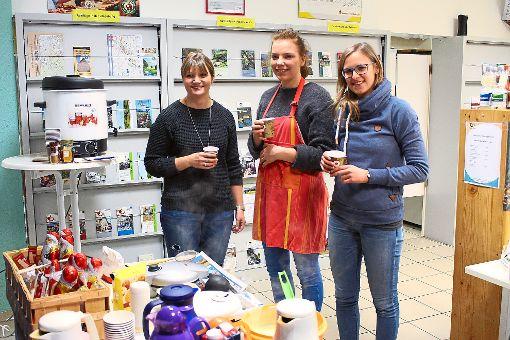 Elisa Teufel, Helferin Lisa und Lara Bungartz (von links) hatten bei der Weihnachtsfeier der Mobilen Jugendarbeit für viele Leckereien gesorgt.  Foto: Frank Foto: Schwarzwälder-Bote