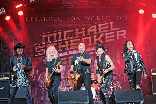 Ausnahmegitarrist Michael Schenker (Zweiter von rechts) hat sich mit einigen ehemaligen Bandkollegen wieder zusammengetan und ist auf großer Tournee.  Foto: Engelhardt