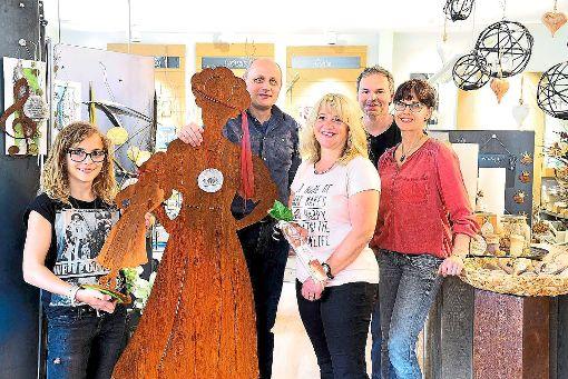 Clara Lehmann (von links), Georg Feger sowie Anna-Maria Hacker bekommen von Daniel und Miriam Armbruster ihre Preise überreicht. Foto: a2-Unikat