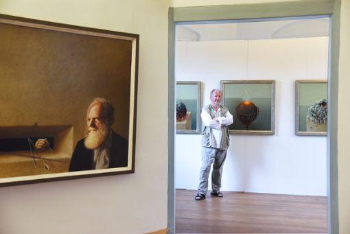 Unterschiedliche Aspekte seiner Malerei zeigt Norbert Stockhus im Wasserschloss Glatt. Ins Porträt des Kunstsammlers Paul Eberhard Schwenk hat er sich chiffriert selbst hineingemalt.  Fotos: Schnekenburger Foto: Schwarzwälder Bote