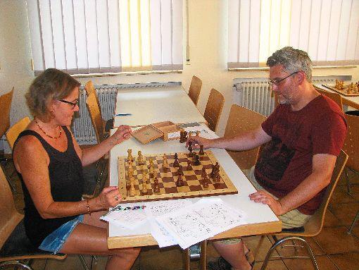 SchwaBo-Mitarbeiterin Christine Störr spielt  zum ersten Mal nach Jahren wieder Schach und zwar gegen Stefan Armbruster vom Schachclub Haslach. Sie lernt verschiedene Taktikkombinationen und darf die Partie eröffnen.  Foto: Störr