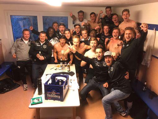 Die Marbacher feierten am Mittwochabend in der Kabine spontan die Meisterschaft. Foto: Rohde