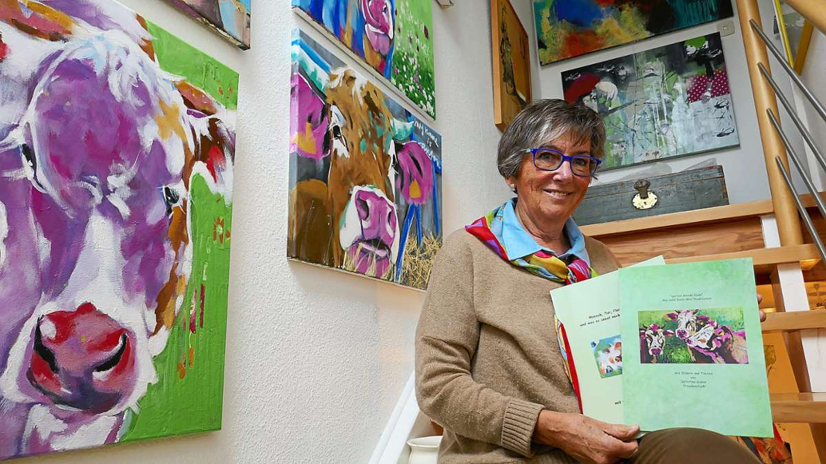 Christine Huber hat 100 Kuhbilder gemalt, und präsentiert diese nun in einem Bildband.  Fotos: Günther Foto: Schwarzwälder Bote