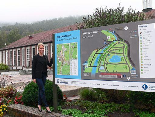 Bad Liebenzells Tourismus-Direktorin Kerstin Weiss freut sich über die neuen Schilder an den Eingängen des Kurparks.   Foto: Krokauer Foto: Schwarzwälder Bote