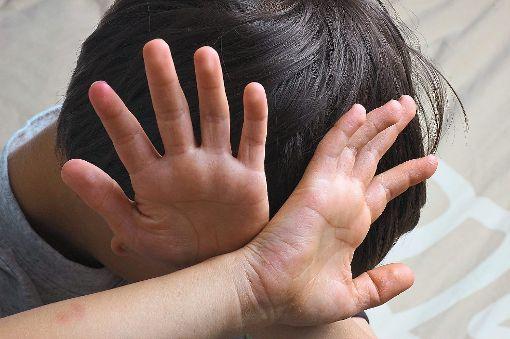 Zwei kleine Kinder wurden in Bad Wildbad geschlagen und misshandelt. Jetzt stehen ihr Peiniger und auch die Mutter vor Gericht. (Symbolfoto) Foto: bigrock – stock.adobe.com