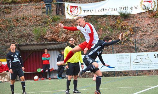Kopfball-Duell zwischen dem Hofstetter  Arian Steiner (helles Trikot) und Marco Lumpp vom TSV Loffenau   Foto: Bauer Foto: Schwarzwälder Bote