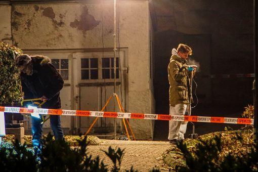 Ermittler untersuchen den Tatort in Hechingen Foto: SDMG / Maurer