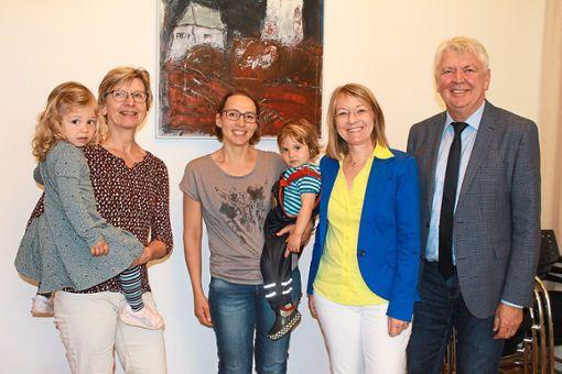 Sie waren bei der Ehrung im Rathaus dabei: Ingrid Kunde  mit Lia (von links),  Barbara Achstetter mit Elin,   Andrea Wimmer und Bürgermeister Siegfried Scheffold.  Foto: Störr