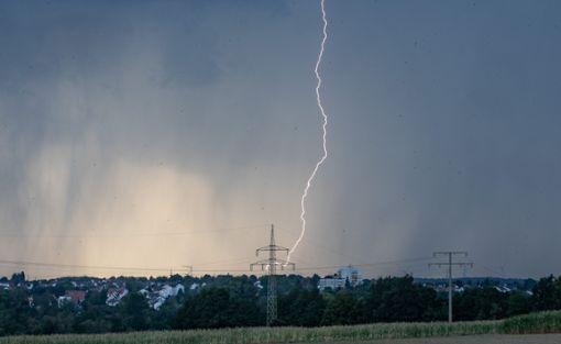 Ein Blitzeinschlag hat im Kreis Rottweil für Stromausfälle gesorgt. (Symbolfoto) Foto: dpa