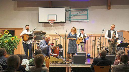 Die Sängerabteilung des Sportvereins (oben) legte beim Baisinger Mundartfest los. Den Abschluss machte die Gruppe Gradaus. Foto: Schwarzwälder Bote
